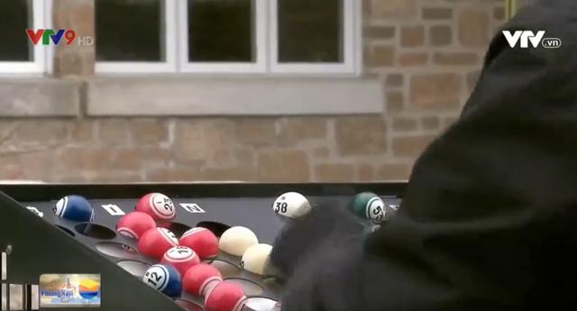Phiên bản chơi lô tô mới thời COVID-19 ở Canada - Ảnh 2.