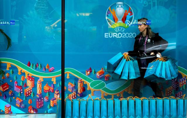 UEFA cân nhắc giảm số lượng thành phố tổ chức VCK EURO 2020 - Ảnh 1.