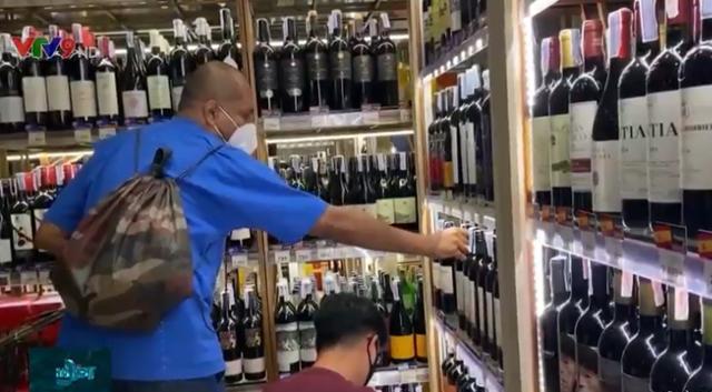 Người dân Bangkok (Thái Lan) đổ xô đi mua rượu bia trong mùa dịch bệnh - Ảnh 1.