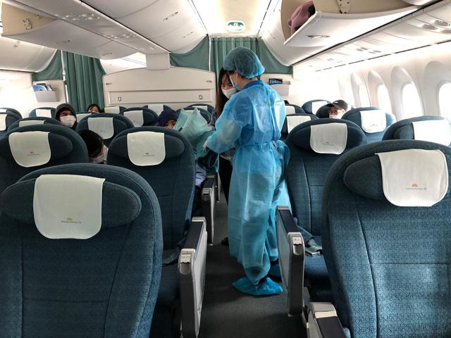 Vietnam Airlines chuyên chở 12 công dân Việt Nam tại Nhật Bản về nước - Ảnh 1.