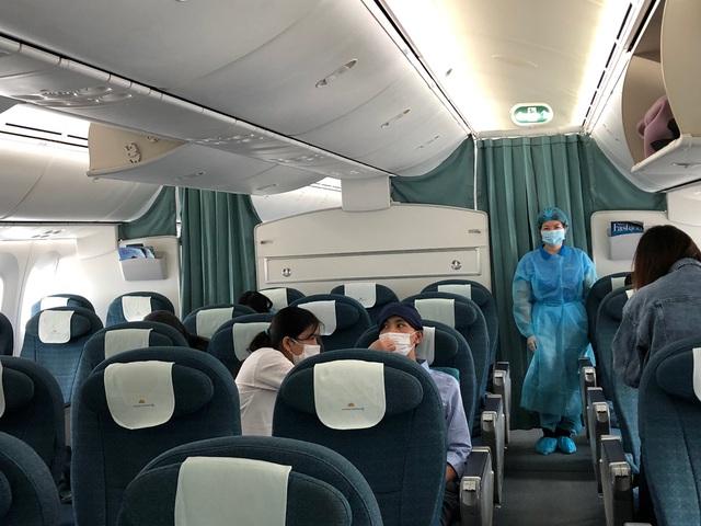Vietnam Airlines chuyên chở 12 công dân Việt Nam tại Nhật Bản về nước - Ảnh 2.