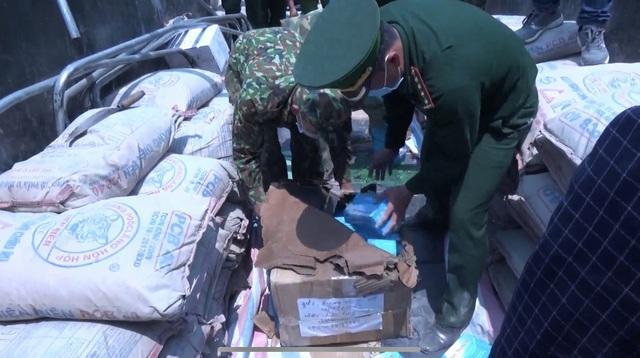 Điện Biên: Bắt giữ số lượng lớn khẩu trang y tế không rõ nguồn gốc - Ảnh 3.