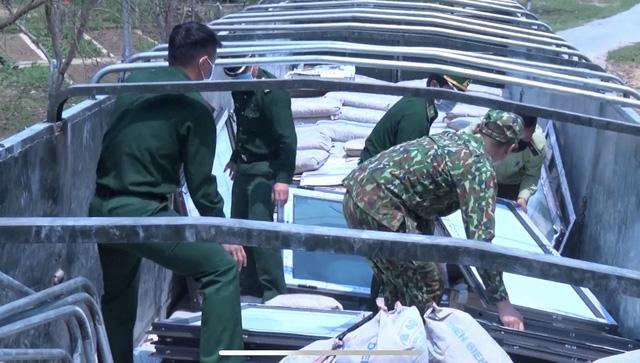 Điện Biên: Bắt giữ số lượng lớn khẩu trang y tế không rõ nguồn gốc - Ảnh 2.