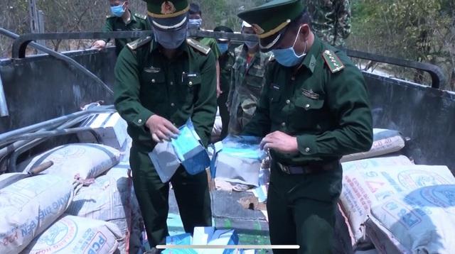 Điện Biên: Bắt giữ số lượng lớn khẩu trang y tế không rõ nguồn gốc - Ảnh 1.