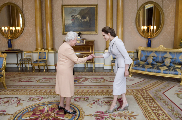 Choáng ngợp trước những căn phòng lộng lẫy trong Cung điện Hoàng gia Anh - Ảnh 1.