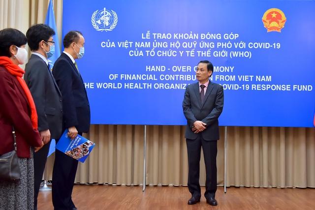 Việt Nam trao tượng trưng khoản đóng góp 50.000 USD ủng hộ Quỹ ứng phó với COVID-19 của WHO - Ảnh 1.