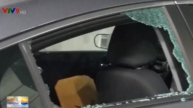 Mỹ: Đập vỡ kính xe nhân viên y tế để ăn cắp khẩu trang - Ảnh 1.