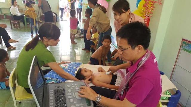 Câu chuyện khám sàng lọc tim bẩm sinh miễn phí từ các bác sĩ trong ngành - Ảnh 1.