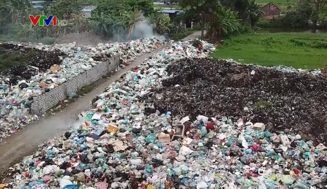 Khu dân cư khốn khổ vì chung sống với bãi rác tự phát suốt 10 năm - Ảnh 2.