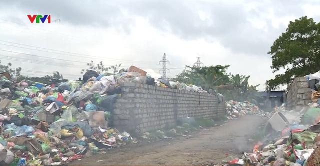 Khu dân cư khốn khổ vì chung sống với bãi rác tự phát suốt 10 năm - Ảnh 3.