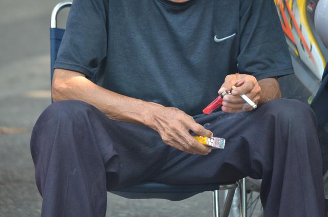 Bệnh dạ dày co thể tiến triển nặng thêm do hút nhiều thuốc lá - Ảnh 1.