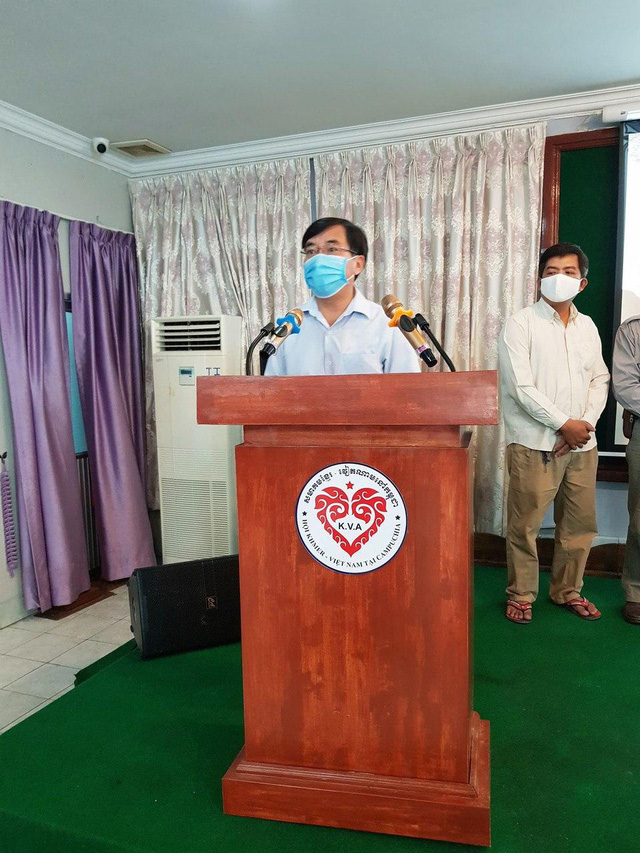Phát quà cứu trợ đợt 2 cho người Khmer gốc Việt tại Campuchia gặp khó khăn do ảnh hưởng dịch COVID-19 - Ảnh 1.
