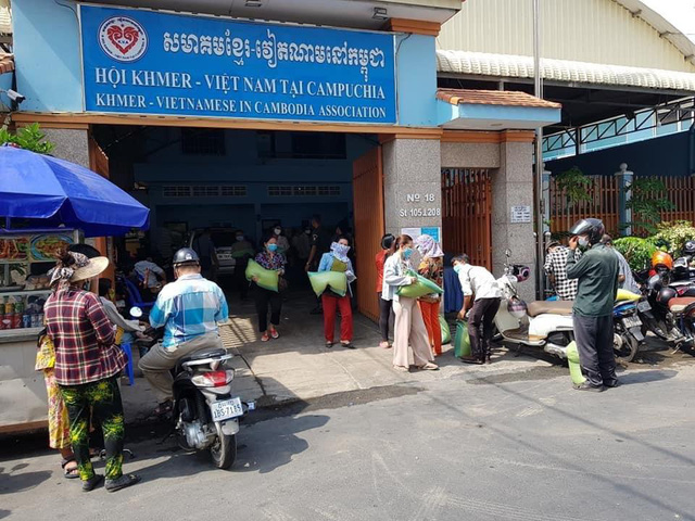 Phát quà cứu trợ đợt 2 cho người Khmer gốc Việt tại Campuchia gặp khó khăn do ảnh hưởng dịch COVID-19 - Ảnh 3.
