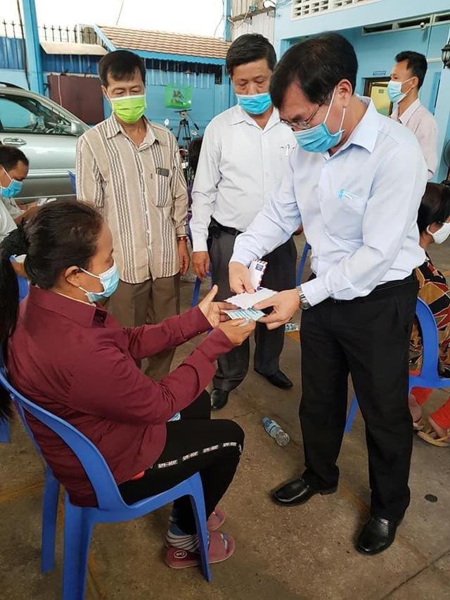Phát quà cứu trợ đợt 2 cho người Khmer gốc Việt tại Campuchia gặp khó khăn do ảnh hưởng dịch COVID-19 - Ảnh 2.