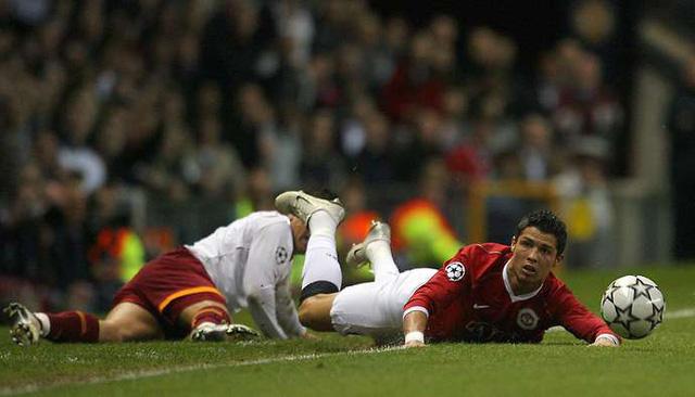 Lý do Ronaldo không bao giờ đổi áo với cầu thủ Roma: Duyên nợ 13 năm! - Ảnh 1.