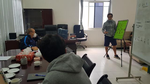 Một ngày làm việc của HLV Park Hang Seo trong giai đoạn dịch COVID-19 - Ảnh 1.