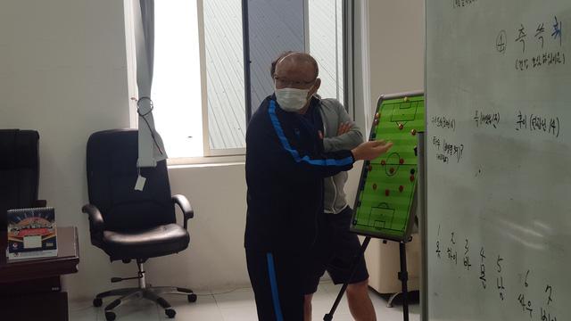 Một ngày làm việc của HLV Park Hang Seo trong giai đoạn dịch COVID-19 - Ảnh 2.