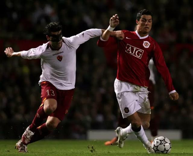 Lý do Ronaldo không bao giờ đổi áo với cầu thủ Roma: Duyên nợ 13 năm! - Ảnh 2.
