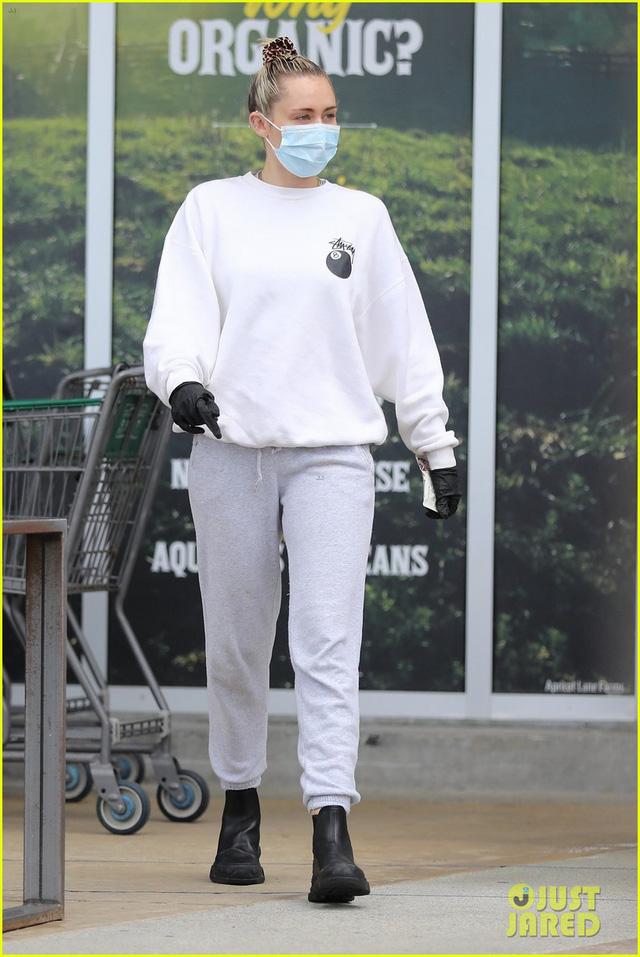 Miley Cyrus và bạn trai tạm nghỉ cách ly, ra ngoài mua hàng hóa - Ảnh 1.
