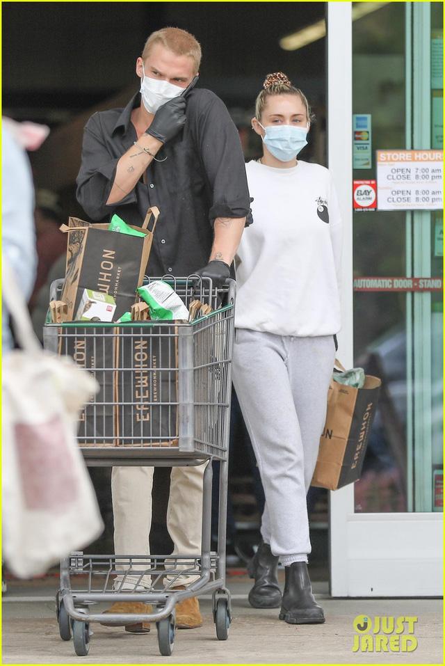 Miley Cyrus và bạn trai tạm nghỉ cách ly, ra ngoài mua hàng hóa - Ảnh 2.