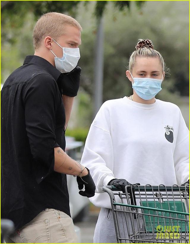 Miley Cyrus và bạn trai tạm nghỉ cách ly, ra ngoài mua hàng hóa - Ảnh 3.