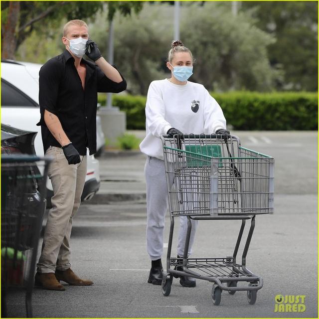 Miley Cyrus và bạn trai tạm nghỉ cách ly, ra ngoài mua hàng hóa - Ảnh 4.