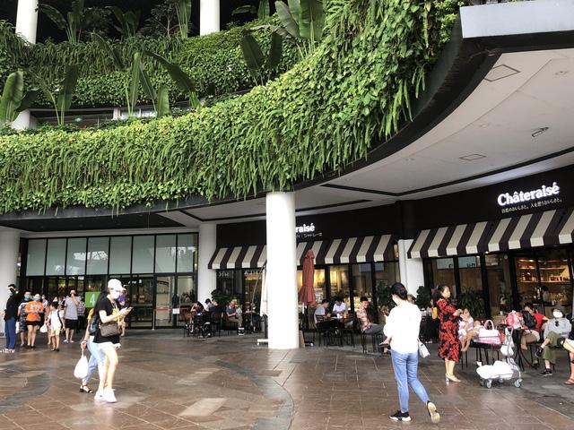 Hà Nội: Các trung tâm thương mại không quá đông trong dịp nghỉ lễ - Ảnh 2.