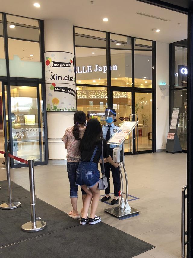 Hà Nội: Các trung tâm thương mại không quá đông trong dịp nghỉ lễ - Ảnh 4.