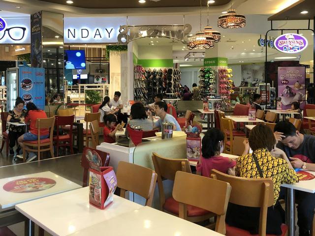 Hà Nội: Các trung tâm thương mại không quá đông trong dịp nghỉ lễ - Ảnh 6.