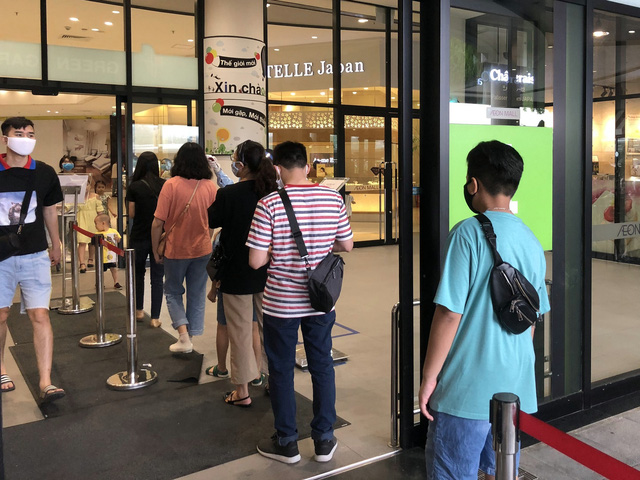 Hà Nội: Các trung tâm thương mại không quá đông trong dịp nghỉ lễ - Ảnh 3.