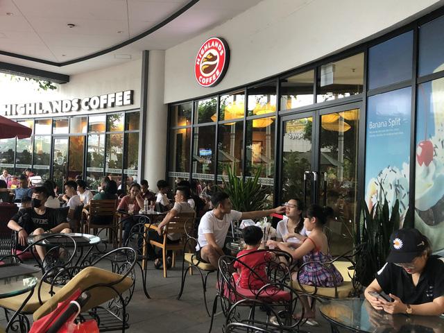 Hà Nội: Các trung tâm thương mại không quá đông trong dịp nghỉ lễ - Ảnh 7.