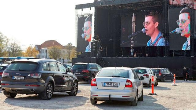 Ngồi ô tô xem concert, kiểu giải trí độc đáo mới thời COVID-19 - Ảnh 2.