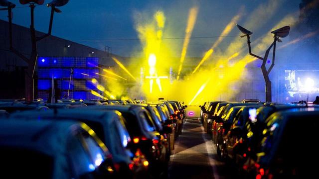 Ngồi ô tô xem concert, kiểu giải trí độc đáo mới thời COVID-19 - Ảnh 1.