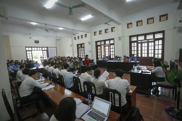 Xét xử sơ thẩm 15 bị cáo trong vụ án gian lận điểm thi THPT Quốc gia tại Hòa Bình - ảnh 1