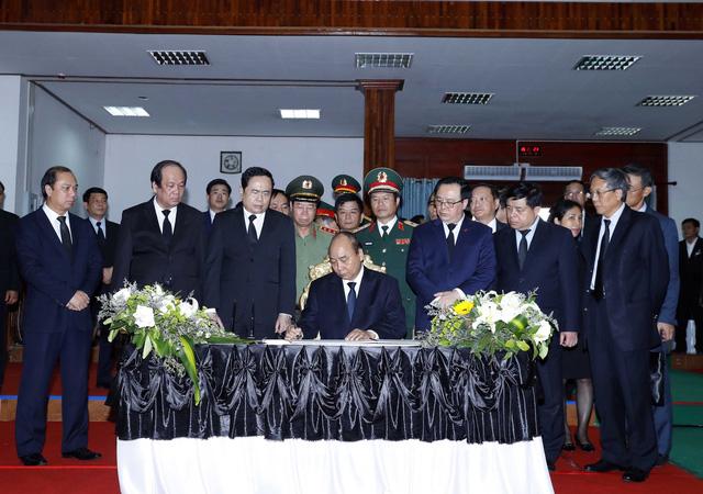 Thủ tướng Nguyễn Xuân Phúc viếng nguyên Thủ         tướng Chính phủ Lào Sisavath Keobounphanh - Ảnh 2.