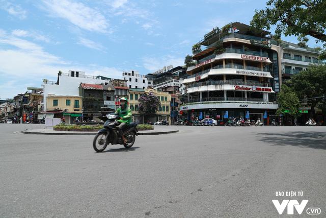 Đường phố Hà Nội nhuộm màu nắng vàng - Ảnh 2.
