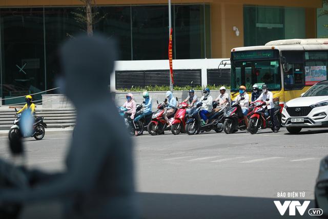 Đường phố Hà Nội nhuộm màu nắng vàng - Ảnh 4.