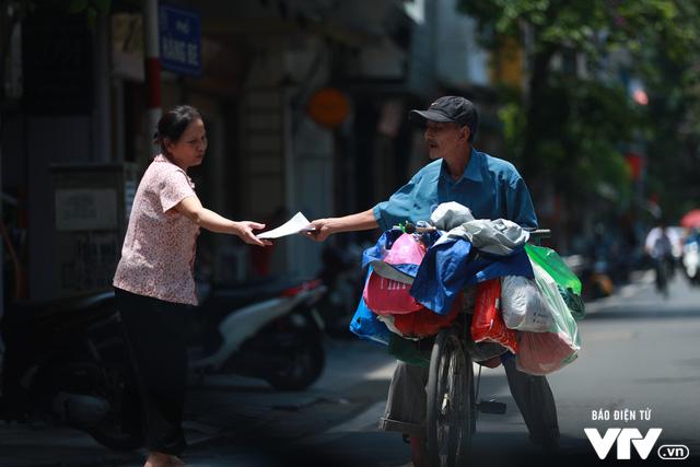 Đường phố Hà Nội nhuộm màu nắng vàng - Ảnh 7.