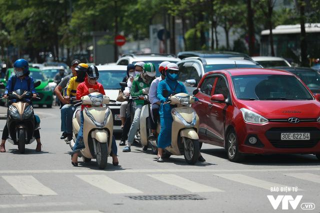 Đường phố Hà Nội nhuộm màu nắng vàng - Ảnh 8.