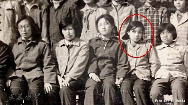 Bức ảnh Vương Phi năm 12 tuổi được khai quật, siêu ngầu! - Ảnh 1.