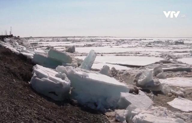Băng tan gây lũ lụt nghiêm trọng tại Siberia, Nga - Ảnh 1.