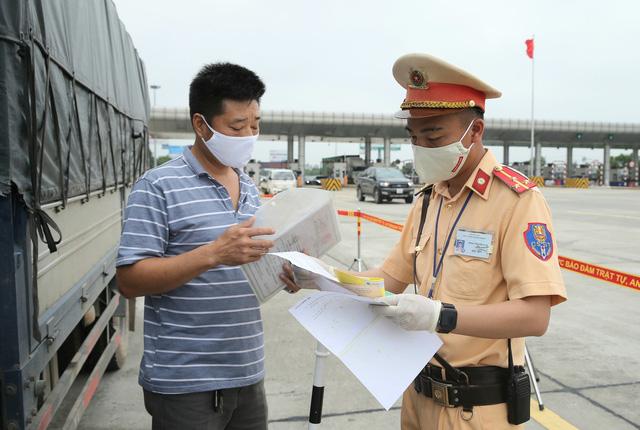 Bị tạm giữ giấy phép lái xe nhiều lần phải học lại, thi lại - Ảnh 1.