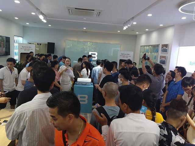 Bphone Store chật cứng người mua trong ngày đầu mở bán Bphone B86 - Ảnh 1.