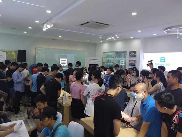 Bphone Store chật cứng người mua trong ngày đầu mở bán Bphone B86 - Ảnh 2.