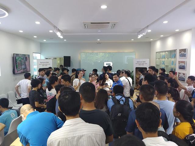 Bphone Store chật cứng người mua trong ngày đầu mở bán Bphone B86 - Ảnh 3.