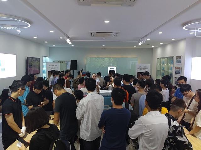 Bphone Store chật cứng người mua trong ngày đầu mở bán Bphone B86 - Ảnh 4.
