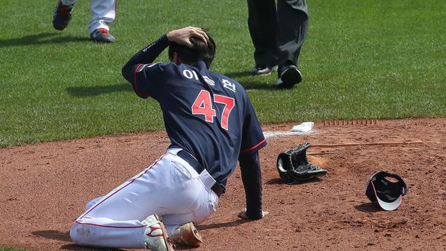 Lĩnh trọn cú đánh bóng, cầu thủ bóng chày rời sân trên xe cứu thương - Ảnh 1.