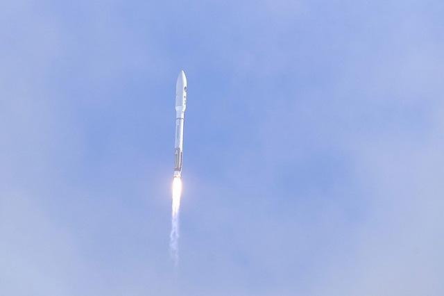 Mỹ phóng thành công thiết bị bay không người lái vào quỹ đạo - Ảnh 1.