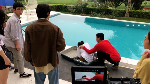 Nhà trọ Balanha: Sự thật cảnh quay Nhiên nằm trong vali, rơi xuống bể bơi - Ảnh 4.