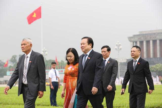 Lãnh đạo Đảng, Nhà nước, đại biểu Quốc hội vào Lăng viếng Bác - ảnh 9